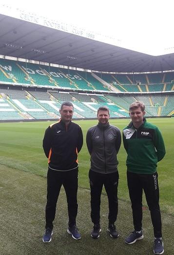 Spotkanie na stadionie Celtic Glasgow, rozmowa o obozach piłkarskich. Artur Wierzba, John McStay i Rafał Kwiecień.